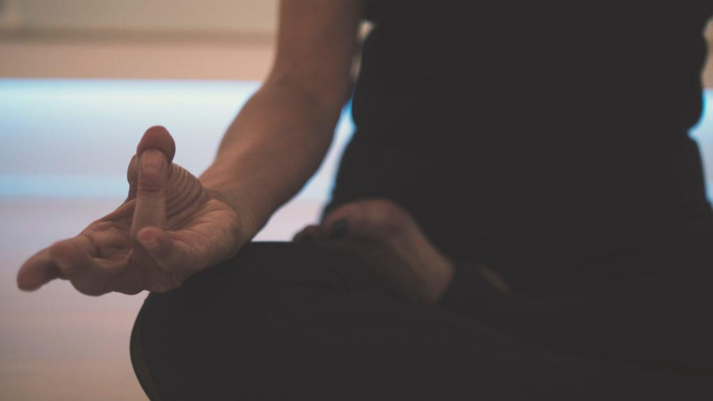 Медитация лучше всего помогает расслабить ум перед снов и понять как высыпаться каждый день.